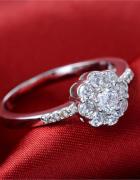 Nowy pierścionek srebrny kolor kwiat kwiatek cyrkonie białe...