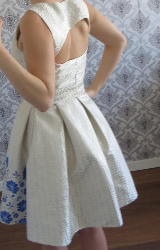 Złota sukienka w kobaltowe kwiaty