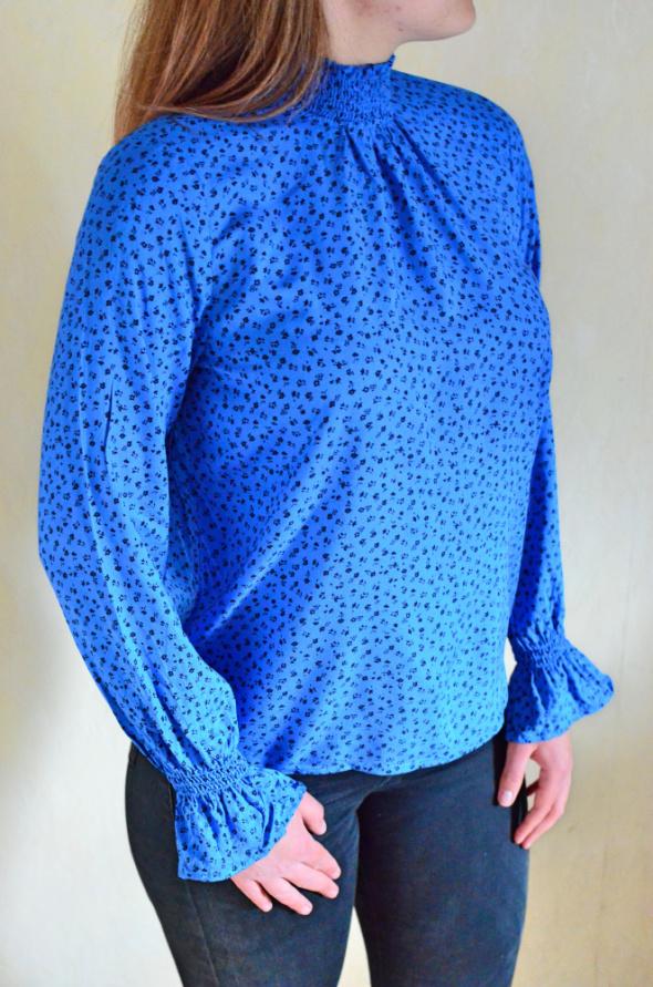 Niebieska bluzka w drobne kwiatki ze stójką Vero Moda