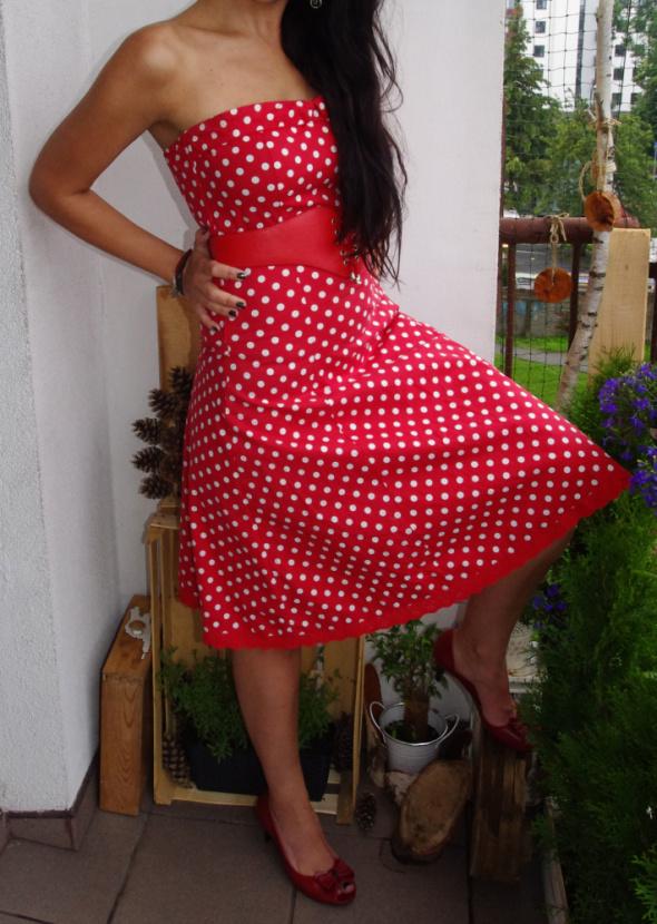 czerwona sukienka w kropki pin up