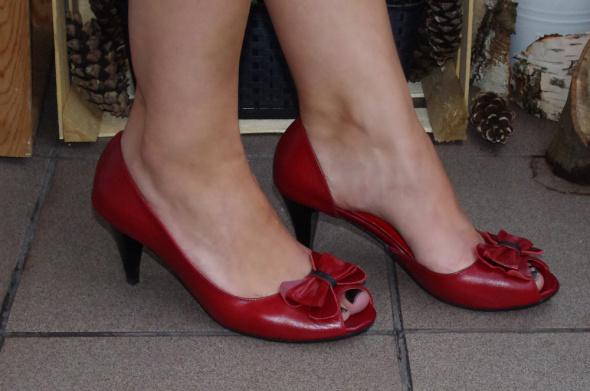 czerwone szpilki open toe kokardy pin up