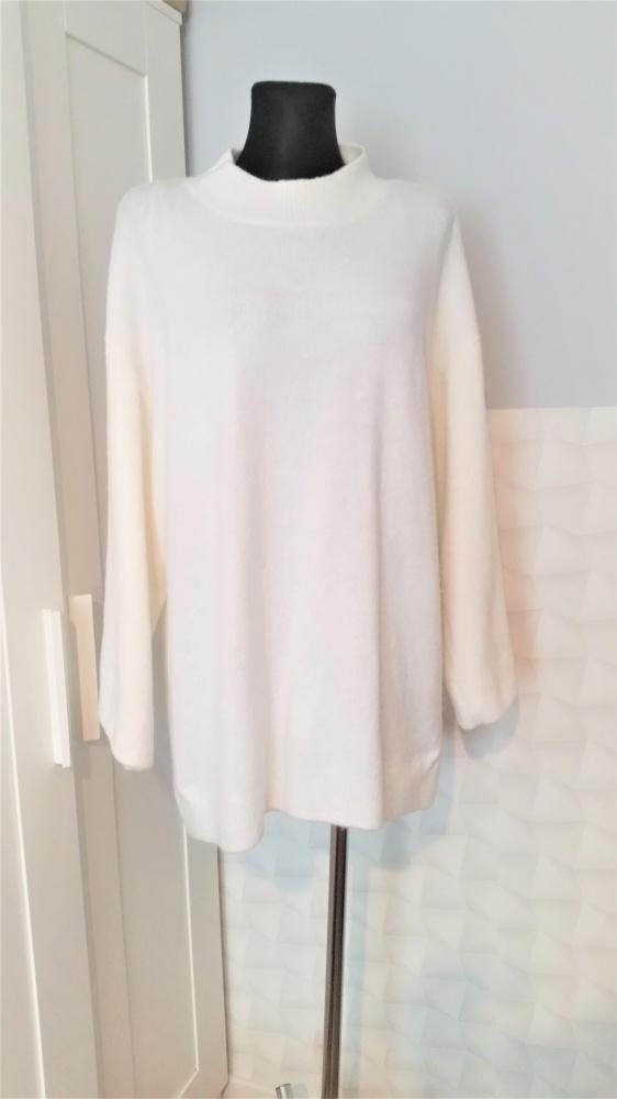 Kremowy przedłużany sweterek Monki z wełną