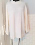 Kremowy przedłużany sweterek Monki z wełną...