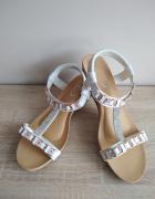 Białe sandanki
