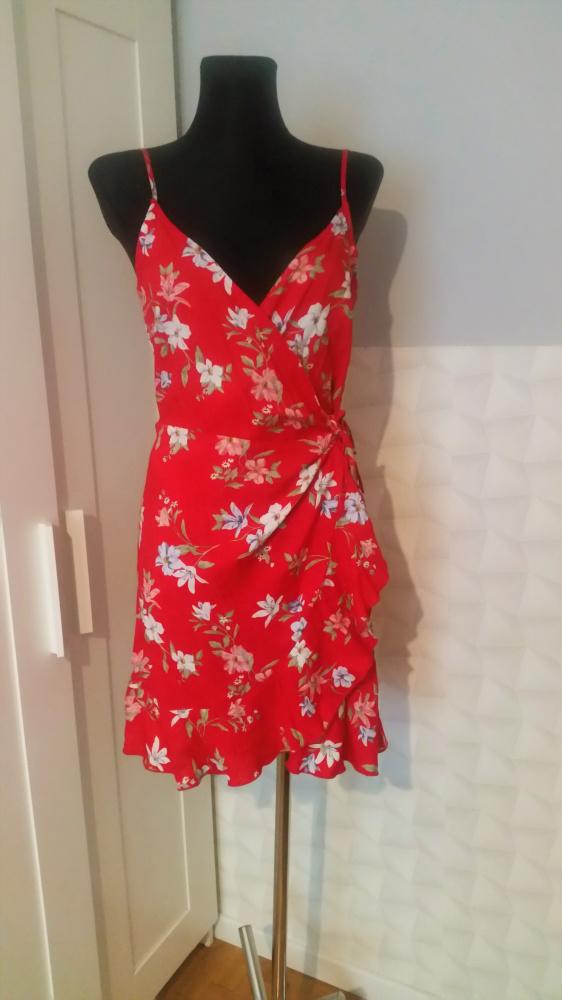 Czerwona sukienka w kwiaty H&M must have lata...