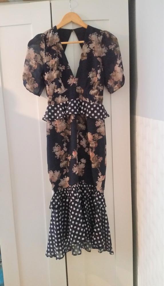 Granatowa sukienka w kwiaty z falbanami...