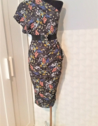 Granatowa sukienka w kwiatki na jedno ramię Asos...