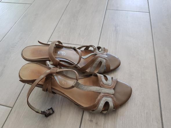 Sandały Niebiesko beżowe skórzane sandałki Zych Staszewski na obcasie rozm 36