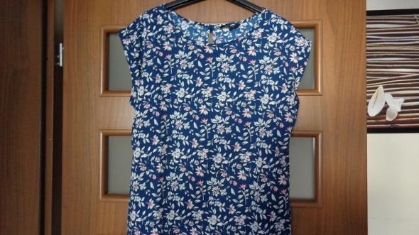 granatowa bluzeczka w jasny wzorek w kwiatki