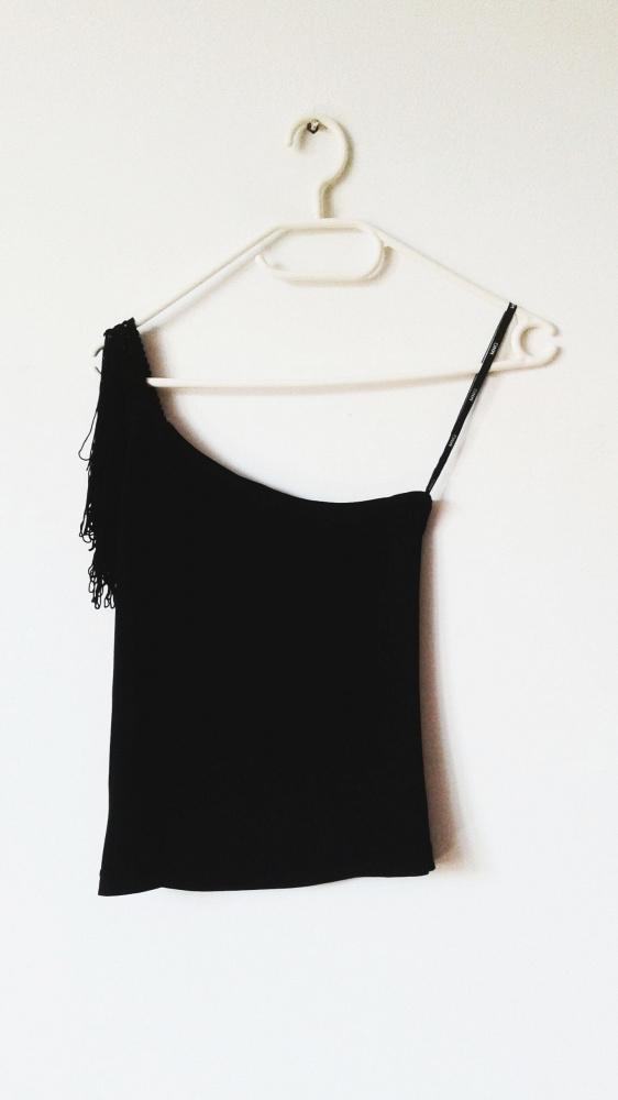 Czarna bluzka z frędzlami Mango top na jedno ramię goth boho