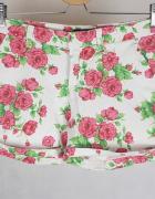 Krótkie białe spodenki z różami Bik Bok M...