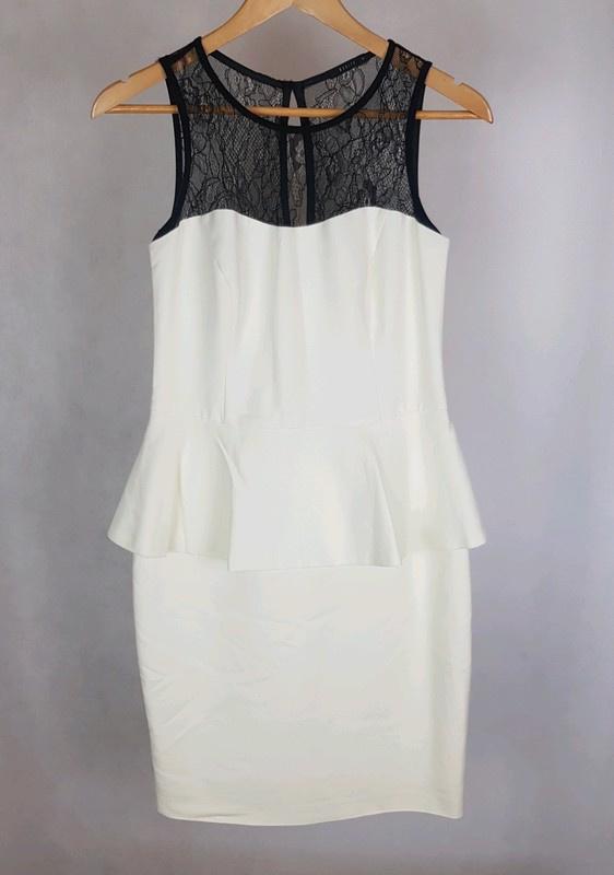 Biała ecru sukienka baskinka z koronką Mohito 38