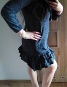 Modna sweterkowa sukienka z falbaną grafit...