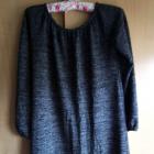 Modna sweterkowa sukienka z falbaną grafit