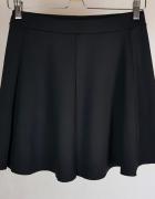 Krótka rozkloszowana czarna spódniczka Bershka M