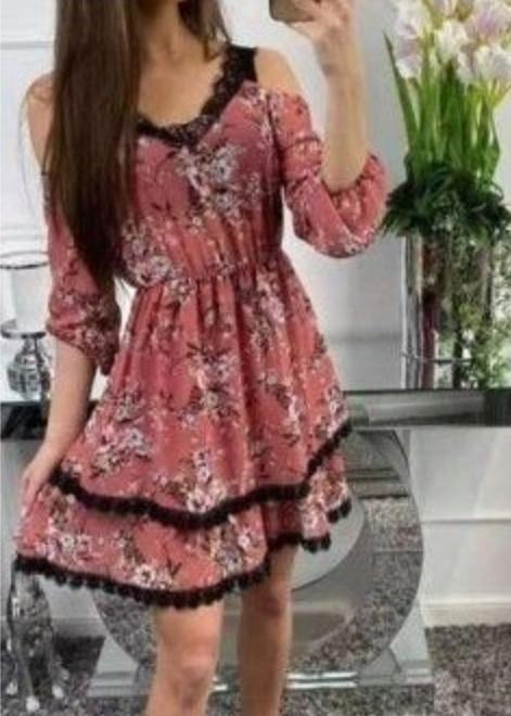 Sukienka w kwiaty z falbankami...