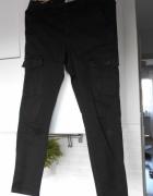Zara czarne spodnie bojówki z kieszeniami...