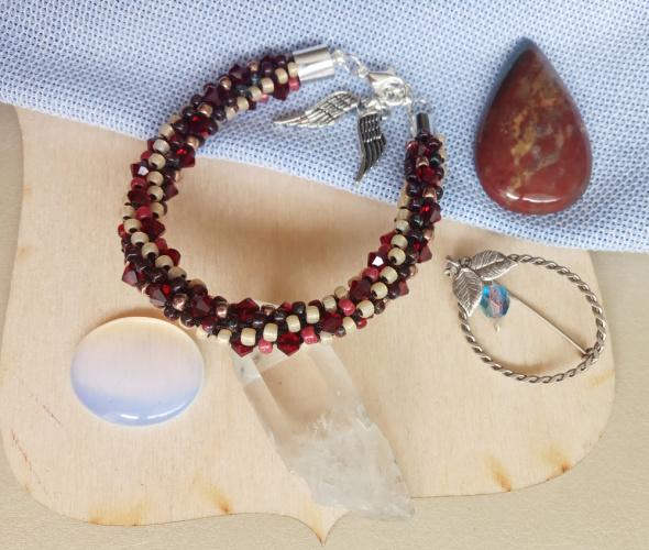 Czerwona bransoletka pleciona z koralików toho i kryształków niepowtarzalna