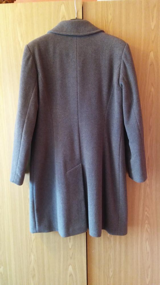 Klasyczny szary płaszcz z wełny