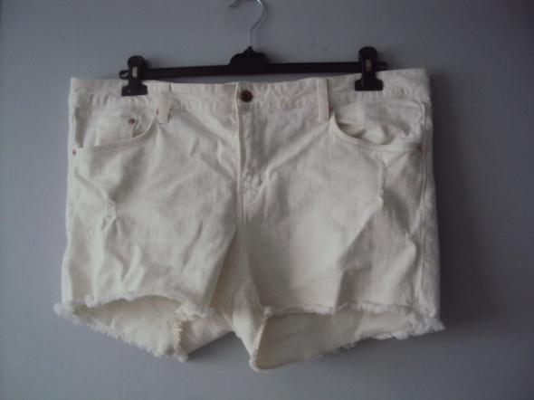 białe jeansowe szorty...