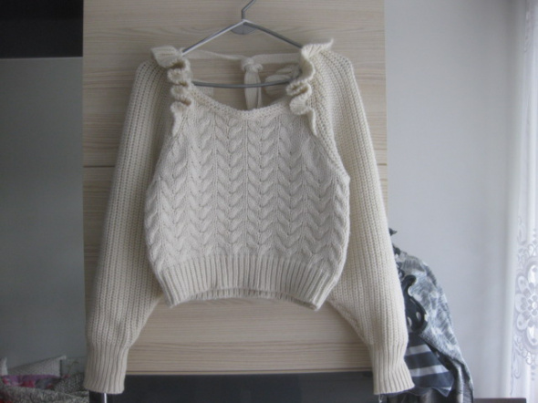 Kremowy sweterek S z falbankami...