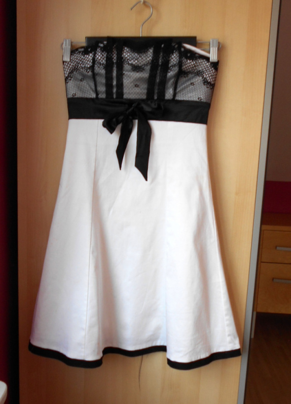Jennifer Taylor sukienka biała koronkowa gorsetowa wesele