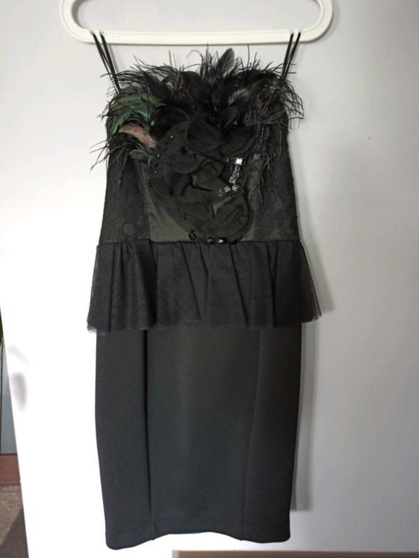 Ołówkowa sukienka z piórami i baskinką