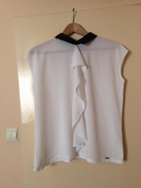 Bluzki Biała bluzka z żabotem i czarnym kołnierzykiem