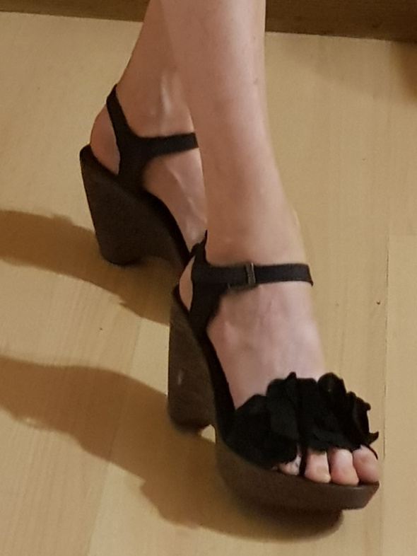 Sandały Czarne sandały na koturnie