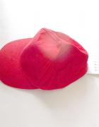 czerwona czapka z daszkiem czerwona czapeczka z daszkiem
