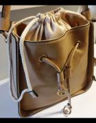 Beżowa torebka z ozdobnym workiem...
