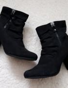 czarne buty na obcasie...