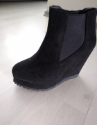 Damskie czarne botki na koturnie
