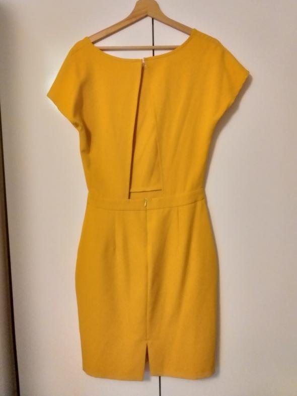 Suknie i sukienki Musztardowa sukienka z wycięciem na plecach