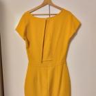 Musztardowa sukienka z wycięciem na plecach