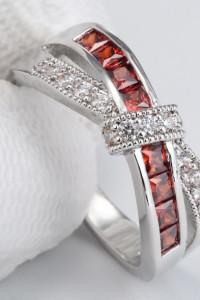 Nowy pierścionek srebrny kolor posrebrzany białe czerwone cyrkonie oczka