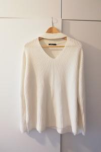 Biały sweterek z chokerem najmodniejszy blogerski Gina Tricot...