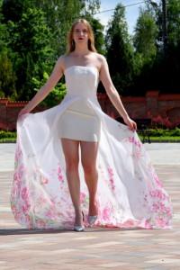Sukienka biała z odkrytymi ramionami...