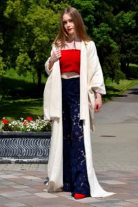 Czerwony top w komplecie z długimi granatowymi spodniami w kwiecistą koronkę