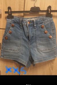 Jeansowe spodenki z guziczkami