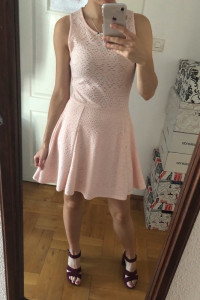 Brzoskwiniowa sukienka rozkloszowana na szelkach S ażurowa FB S...