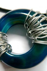 Niebieski agat w drucie duża oponka wisior