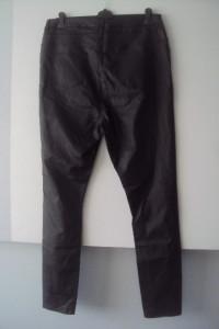 woskowane spodnie rurki...