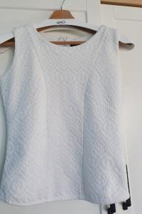 Biała bluzka ze zgrabnym wzorem...