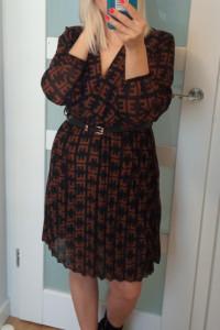 Sukienka w kolorze czarnym w brązowe literki pasek...