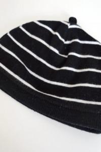 Czarna czapka w białe paski dla niemowlaka...