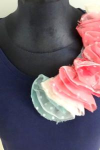 Bluzka z kwiatem na ramieniu