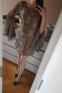 sukienka z rozkloszowanymi rękawami