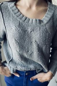Szary pleciony asymetryczny sweter George