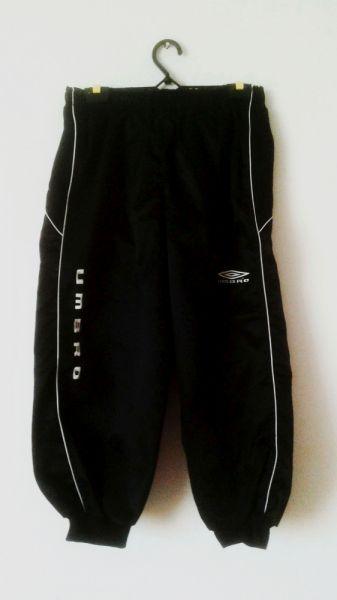 Spodnie Czarne spodnie sportowe pumpy cargo białe paski dresowe Umbro